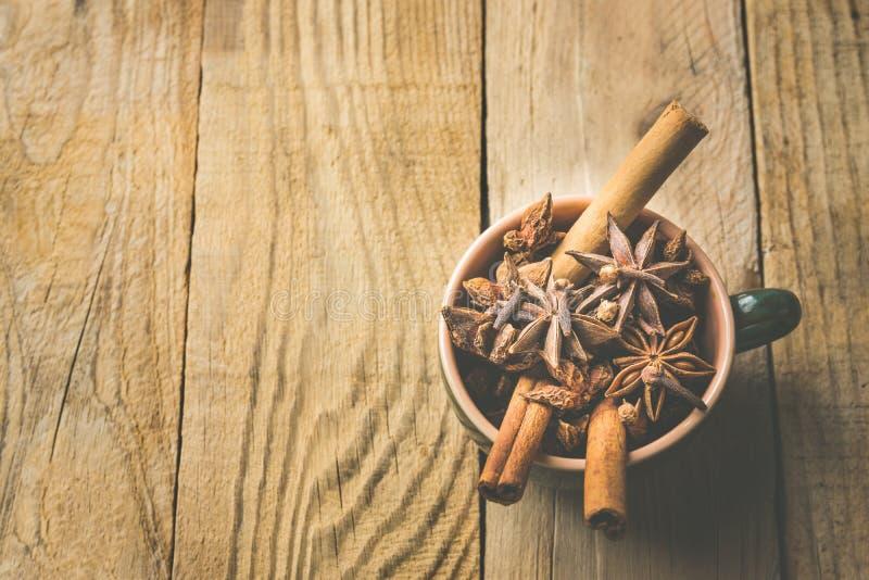 Ingredienser för stekhet Latte för krydda för pumpa för te för äppeljuice för bakelse för julkakakaka eller för vin för danandevi royaltyfri bild