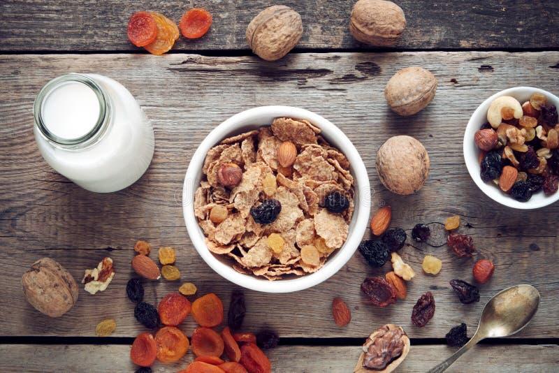 Ingredienser för sund frukost: sädes- veteflingor och torkade frukter royaltyfri fotografi