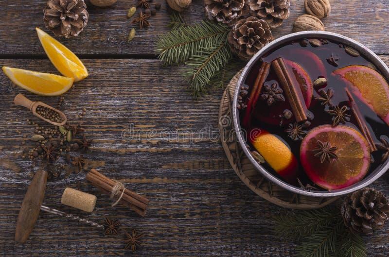 Ingredienser för traditionell vinterdrink med rött funderat vin, art, apelsin, citron på en träbakgrund Top beskådar royaltyfri fotografi