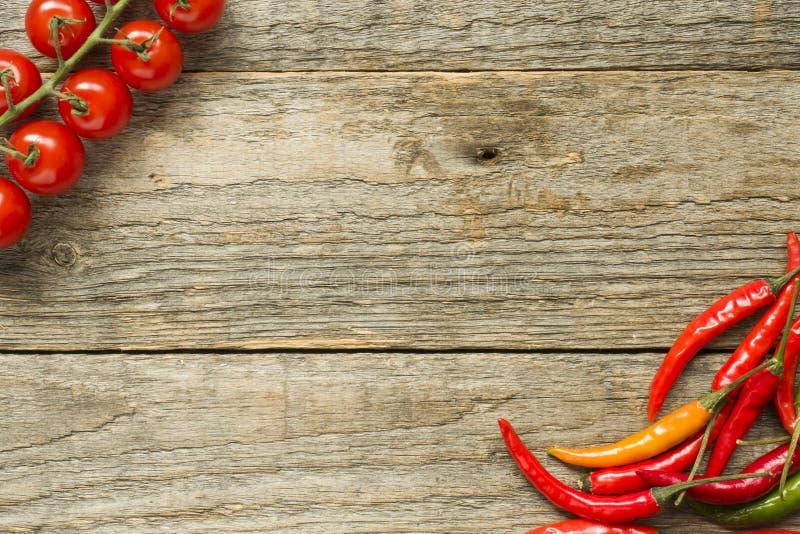 Ingredienser för varm peppar för ketchuptomat på träbakgrundskopieringsutrymme för text royaltyfri fotografi