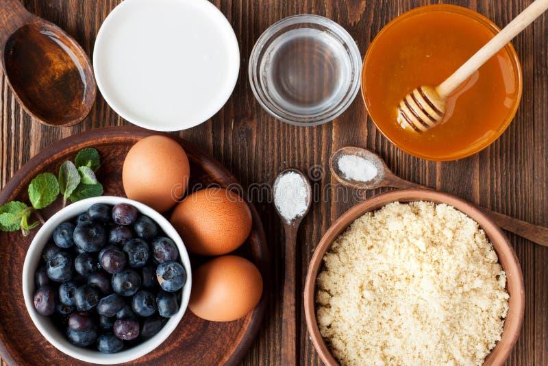 Ingredienser för vegetariska blåbärmuffin arkivfoto