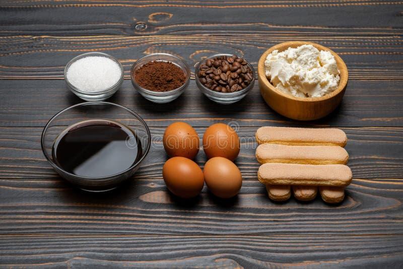 Ingredienser f?r att laga mat tiramisuen - Savoiardi ljusbruna kakor, mascarpone, ost, socker, kakao, kaffe och ?gg fotografering för bildbyråer
