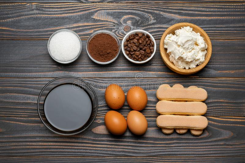 Ingredienser f?r att laga mat tiramisuen - Savoiardi ljusbruna kakor, mascarpone, ost, socker, kakao, kaffe och ?gg arkivbild