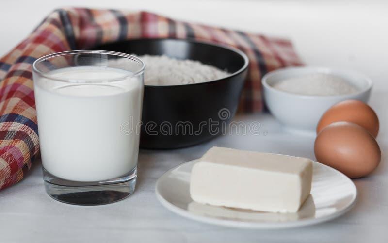 Ingredienser f?r framst?llning av hemlagade pannkakor royaltyfria foton