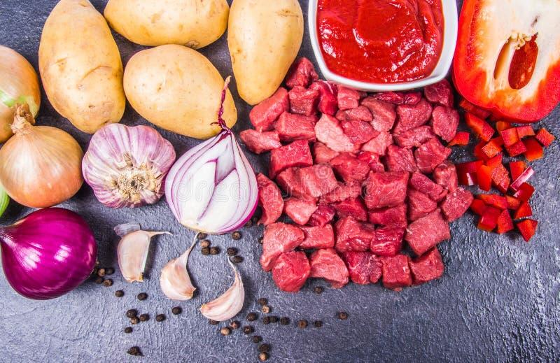 Ingredienser f?r f?rberedelsen av traditionell ungersk gulasch royaltyfri fotografi