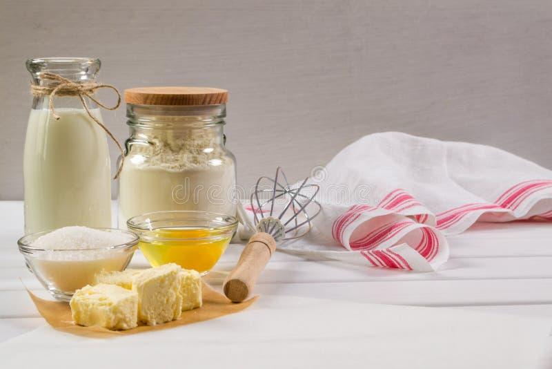 Ingredienser och hjälpmedel som är nödvändiga att göra pepparkakabakelse arkivbilder
