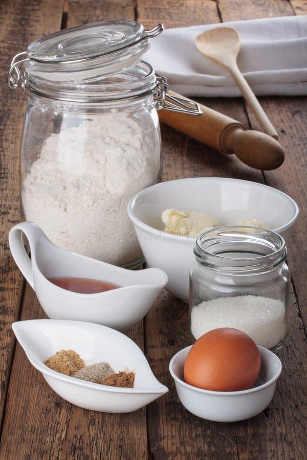 Ingredienser och hjälpmedel som gör kakor för en pepparkaka royaltyfri bild