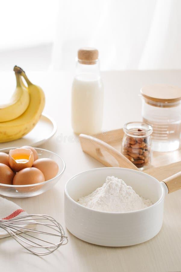 Ingredienser och hj?lpmedel som g?r en kaka, mj?l, sm?r, socker, ?gg fotografering för bildbyråer
