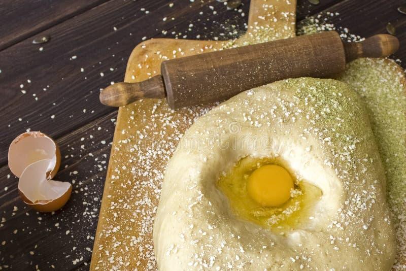 Ingredienser och kök bearbetar på vitbakgrund Knåda deg för att baka bröd royaltyfria bilder