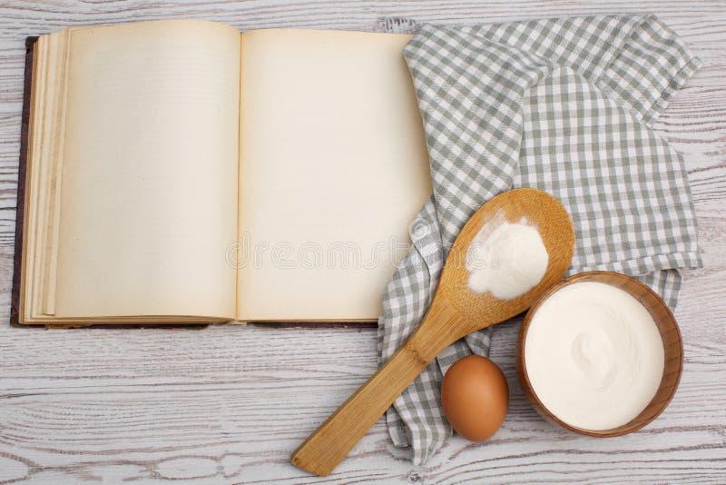 Ingredienser och kökhjälpmedel med det gamla blan arkivbilder
