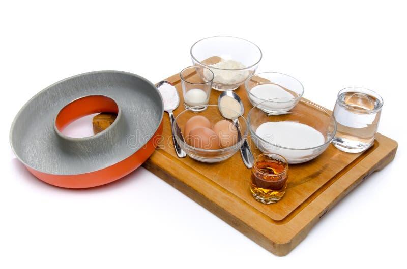 Ingredienser som förbereder en fransk cirkelkaka som namnges savarin royaltyfria bilder