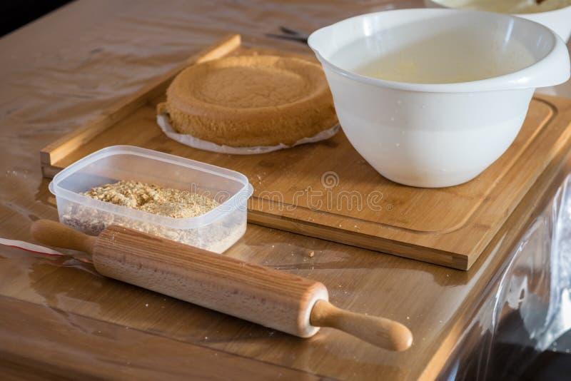 Ingredienst e strumenti per cuocere un dolce fotografia stock