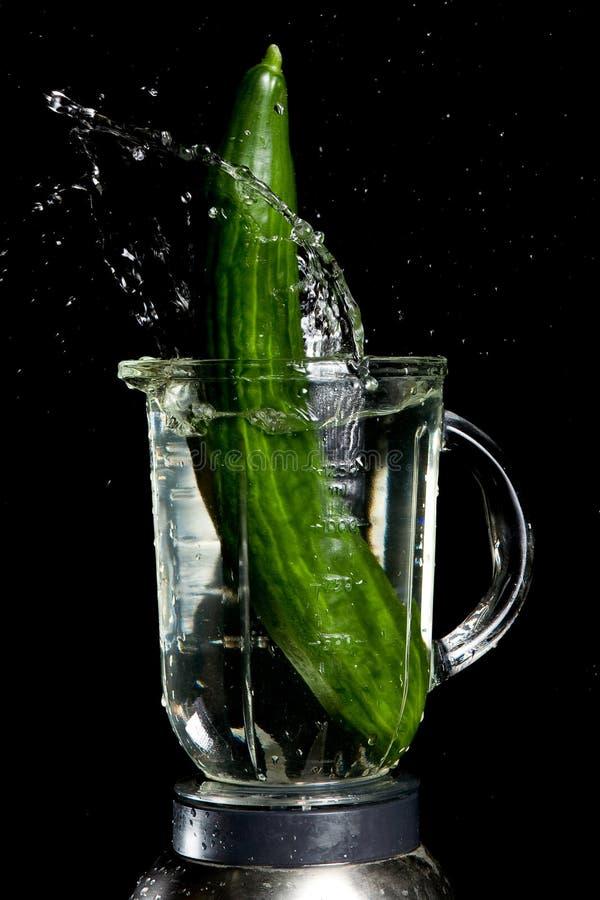 Ingrediente de Gazpacho, pepino con el chapoteo del agua imágenes de archivo libres de regalías