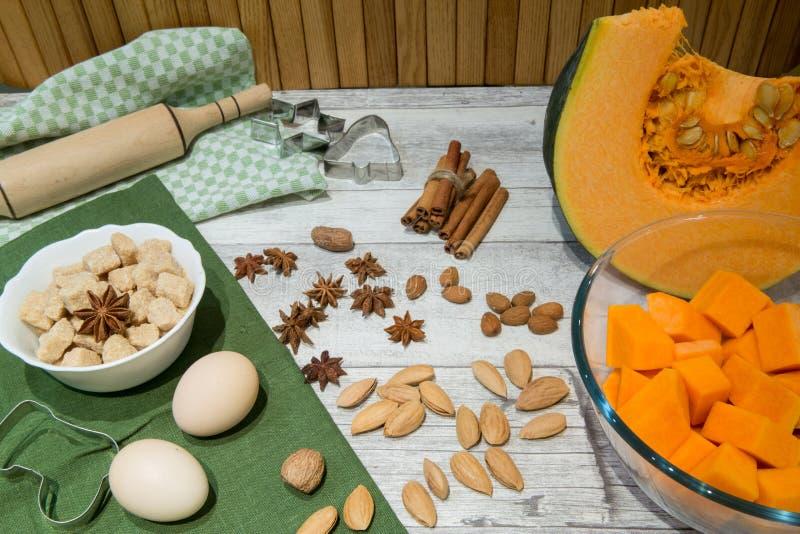 Ingrediente para la torta, la galleta o la empanada de la calabaza que cuece: huevos, cinnamo imagen de archivo