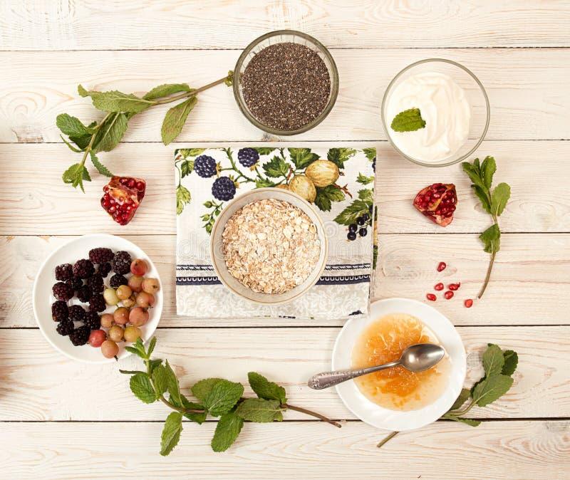 Ingrediente para preparar el desayuno sano: chia, muesli, congelado fotografía de archivo libre de regalías