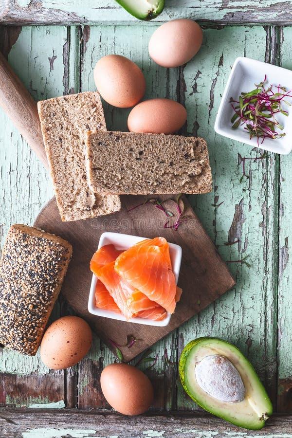 Ingrediente per Avacado e Salmon Toast per brunch immagine stock
