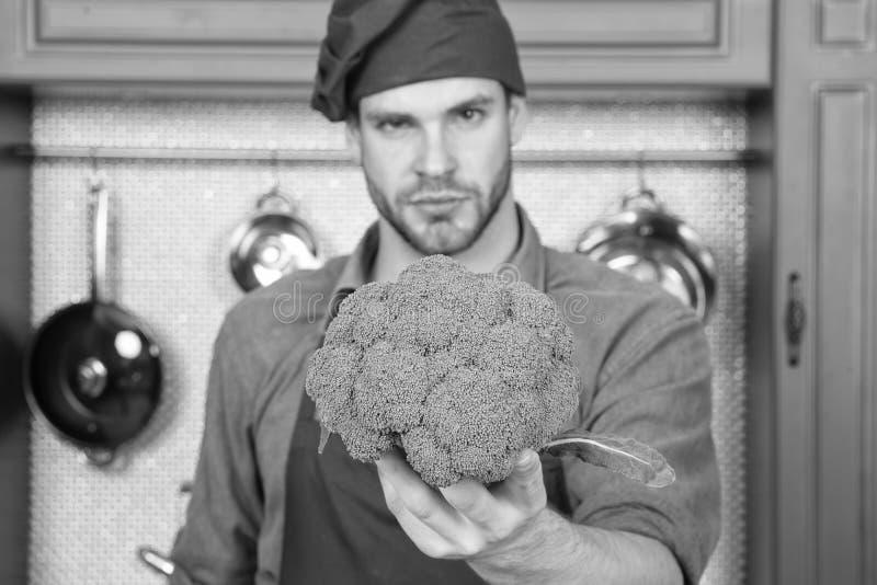Ingrediente principale Pensi a sapore naturale dell'ingrediente principale Il cuoco unico dell'uomo giudica il fronte premuroso d immagini stock libere da diritti