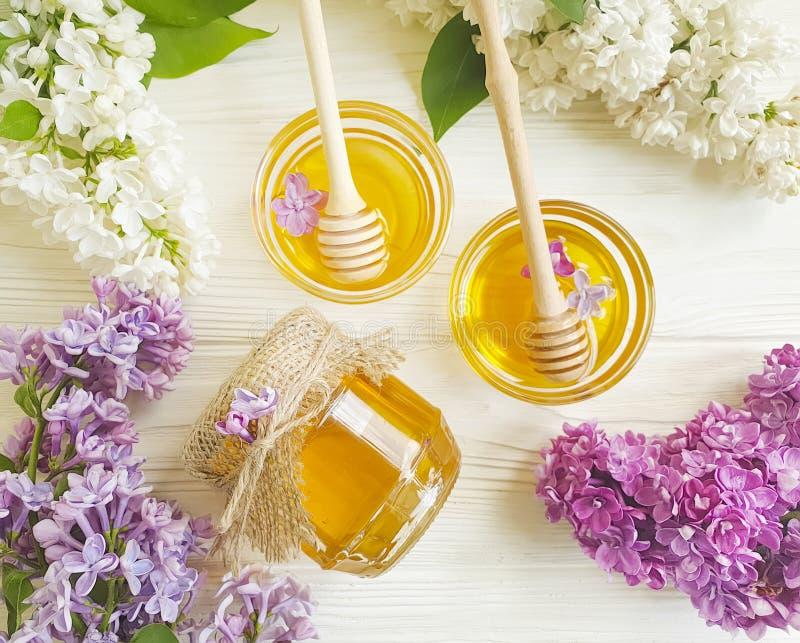 Ingrediente rustico del fiore lilla giallo fresco del miele sano su freschezza di legno del fondo immagine stock libera da diritti