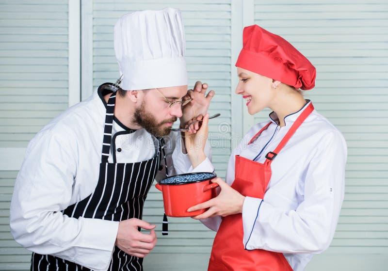 Ingrediente secreto por receta Uniforme del cocinero pares en amor con la comida perfecta Cocinero del hombre y de la mujer Plane imágenes de archivo libres de regalías