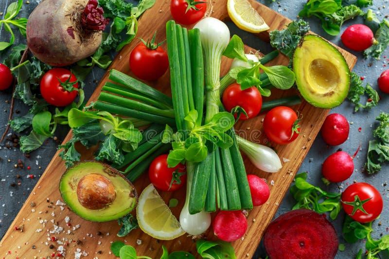Ingrediente stagionale delle verdure per insalata, il ravanello rosso, i pomodori, le cipolle di inverno, la barbabietola, i limo fotografie stock libere da diritti