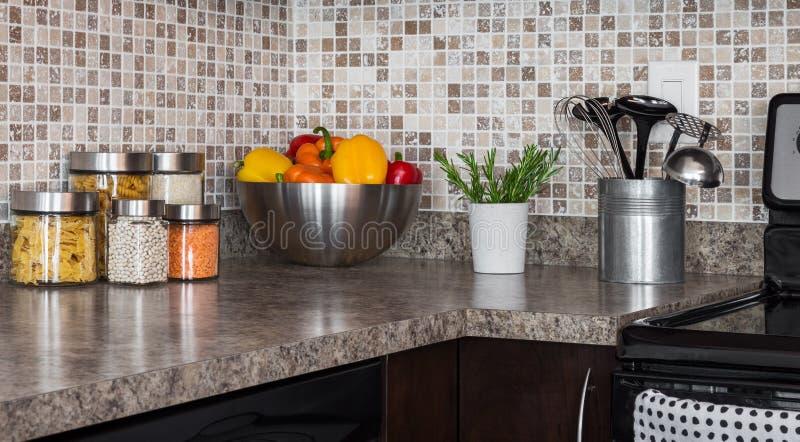 Ingredientes alimentarios e hierbas en encimera de la cocina foto de archivo