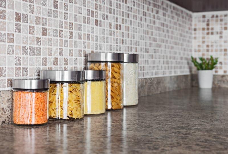 Ingredientes alimentarios en los tarros de cristal fotos de archivo libres de regalías