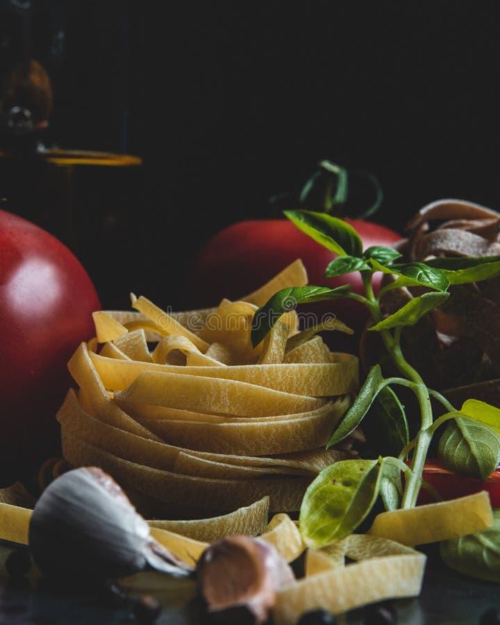 Ingredientes alimentarios italianos en una placa de cerámica fotografía de archivo