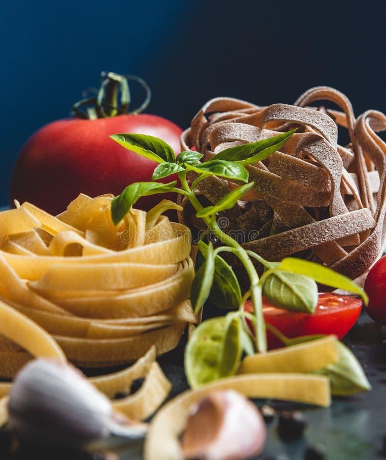 Ingredientes alimentarios italianos en una placa de cerámica imagen de archivo