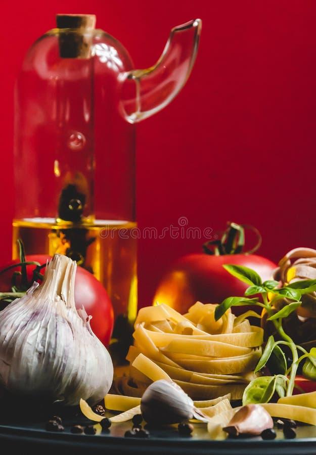 Ingredientes alimentarios italianos en una placa de cerámica fotos de archivo libres de regalías