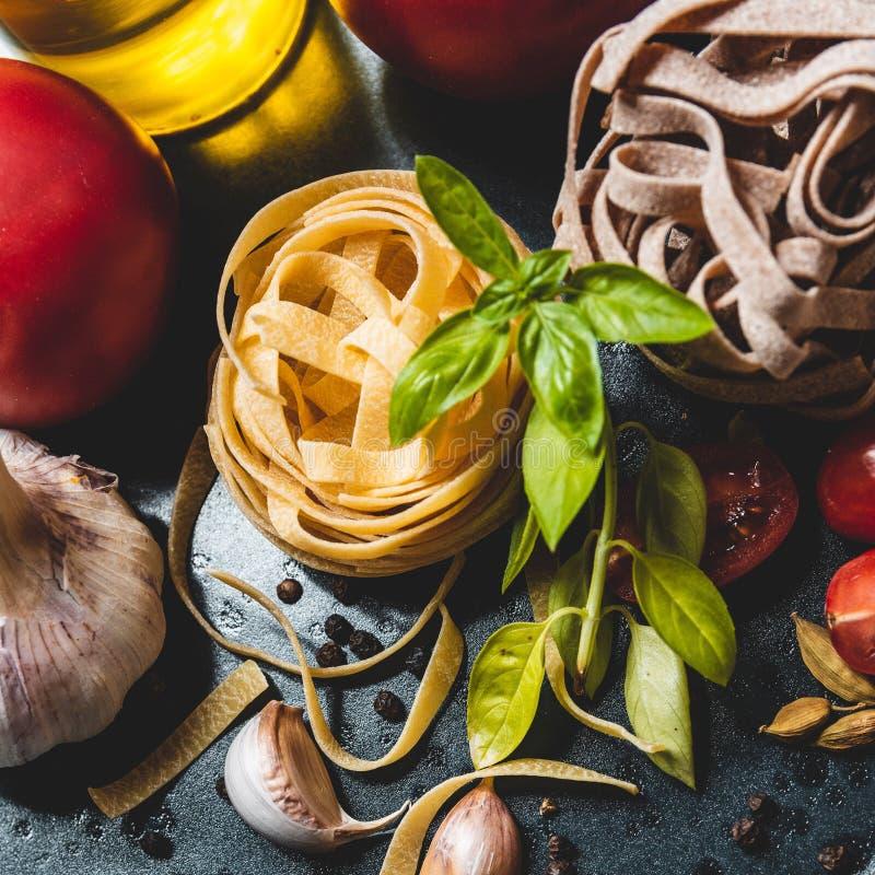 Ingredientes alimentarios italianos en una placa de cerámica fotos de archivo