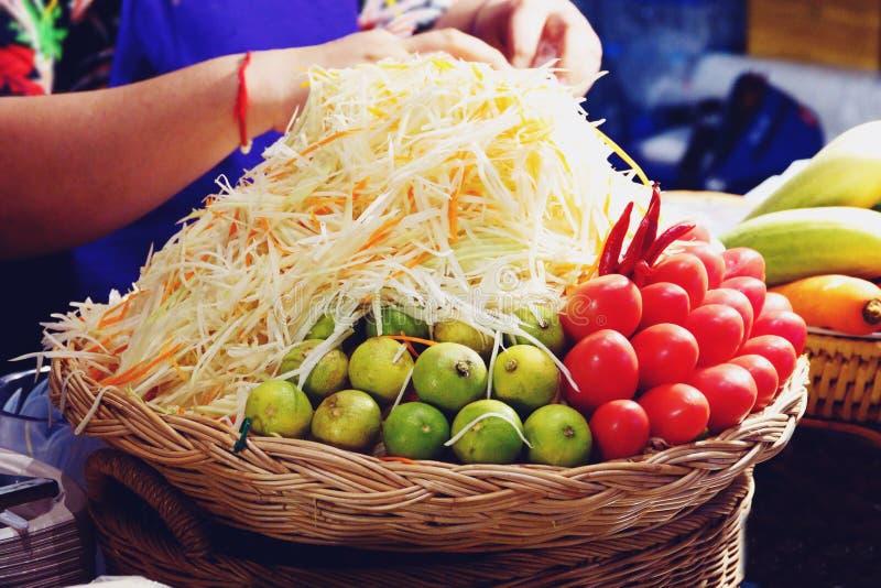 Ingredientes alimentarios tailandeses para hacer la ensalada del som Tam o de la papaya fotografía de archivo libre de regalías