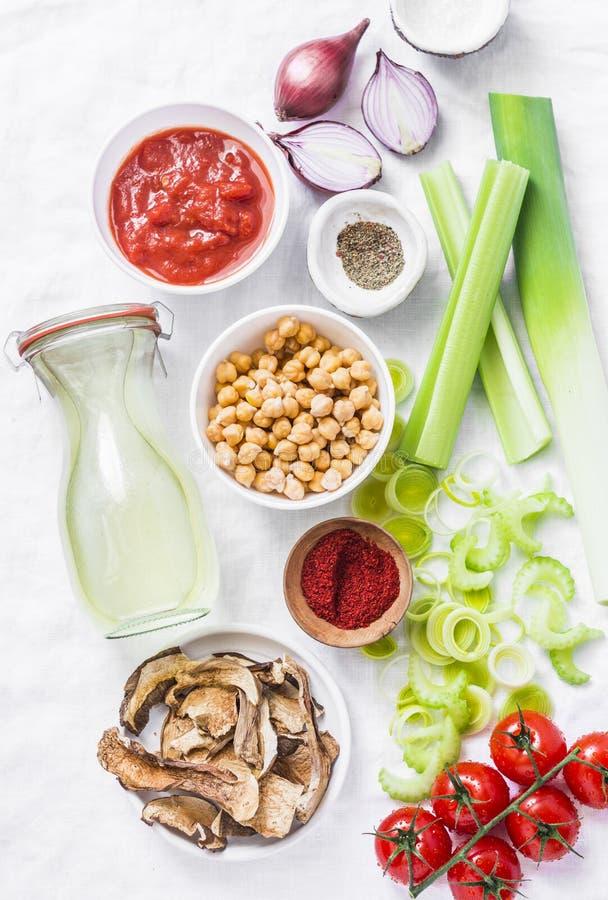 Ingredientes alimentarios vegetarianos para el almuerzo del detox Ingredientes de la sopa - caldo de pollo, apio, puerros, lentej foto de archivo libre de regalías