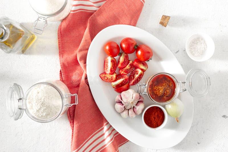 Ingredientes cozinhando molho picante Bravo Vista de cima da cozinha espanhola imagem de stock