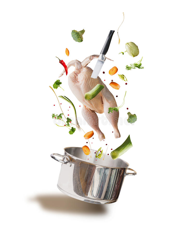 Ingredientes crudos con el pollo entero, verduras, condimento, cuchillo y pote el cocinar, vista delantera del caldo de pollo que imagen de archivo libre de regalías