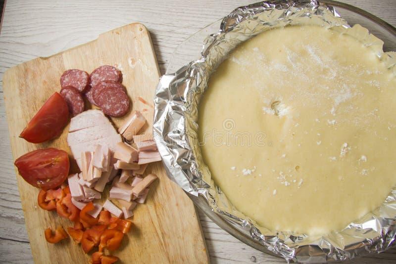 Ingredientes crudos para la pizza foto de archivo