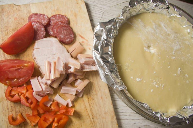 Ingredientes crudos para la pizza imagen de archivo libre de regalías