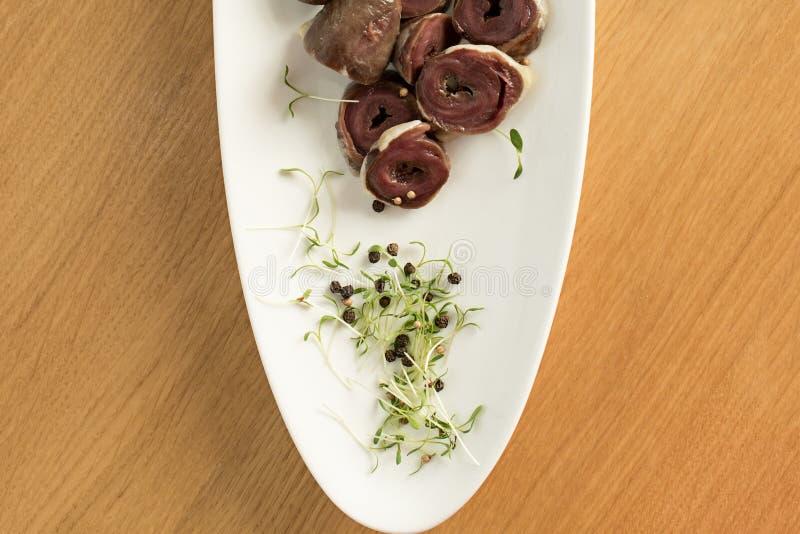 Ingredientes crus para cozinhar, carne dos cora??es da galinha ou do peru do f?gado fotos de stock royalty free