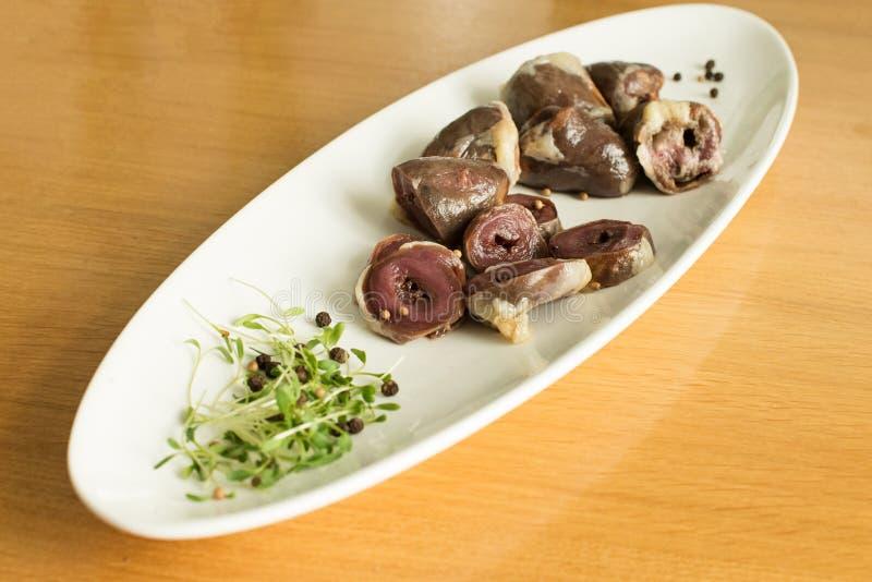 Ingredientes crus para cozinhar, carne dos cora??es da galinha ou do peru do f?gado fotografia de stock