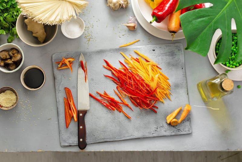 Ingredientes crus que cozinham a parte superior tailandesa da cozinha da casa dos macarronetes do vegetariano fotografia de stock
