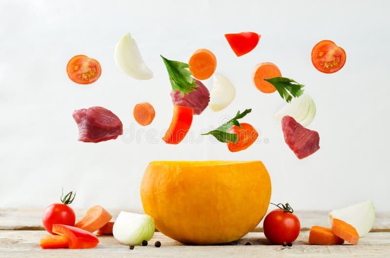 Ingredientes da abóbora e do voo para o guisado de carne do cozinheiro na abóbora fotos de stock royalty free
