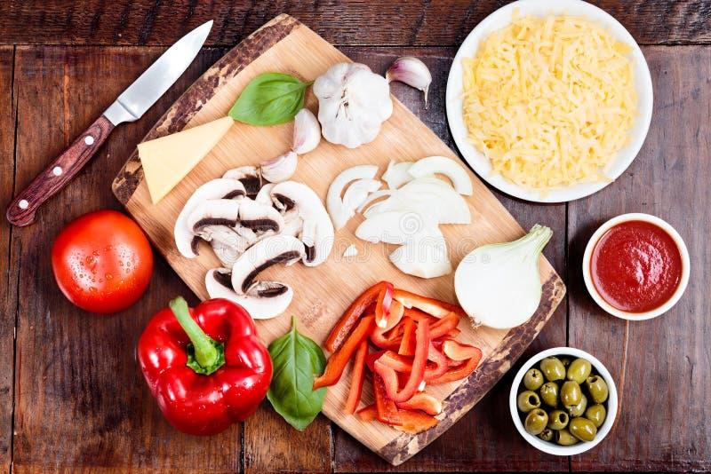 Ingredientes da pizza caseiro no trencher foto de stock