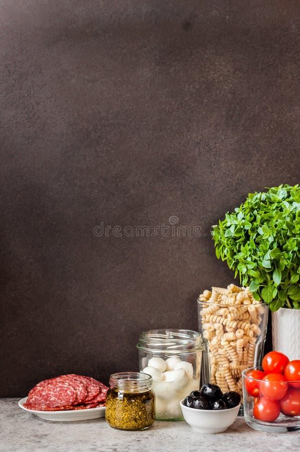 Ingredientes da salada de massa imagem de stock royalty free