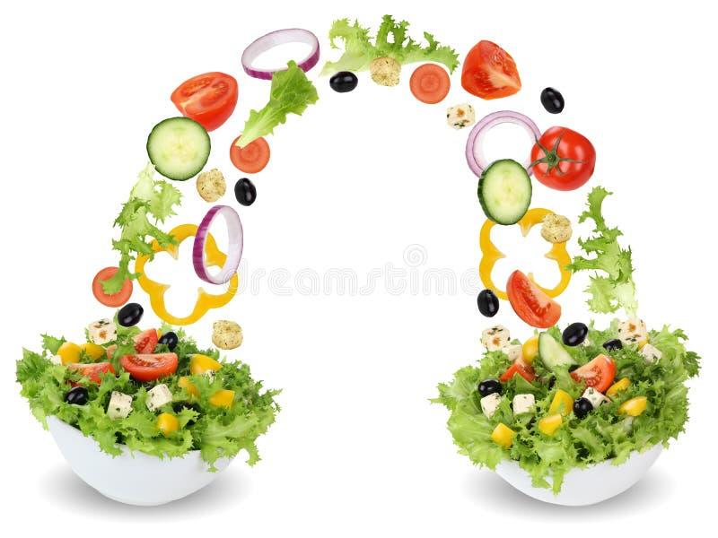 Ingredientes da salada do voo na bacia com tomates, cebola, azeitonas fotografia de stock