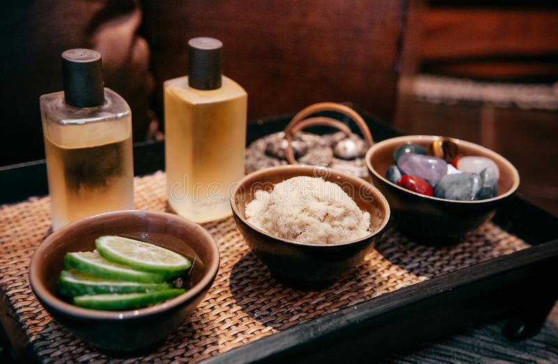 Ingredientes das ervas dos termas, pedras da massagem, laranja de bergamota e óleo tailandeses asiáticos da massagem do aroma foto de stock royalty free