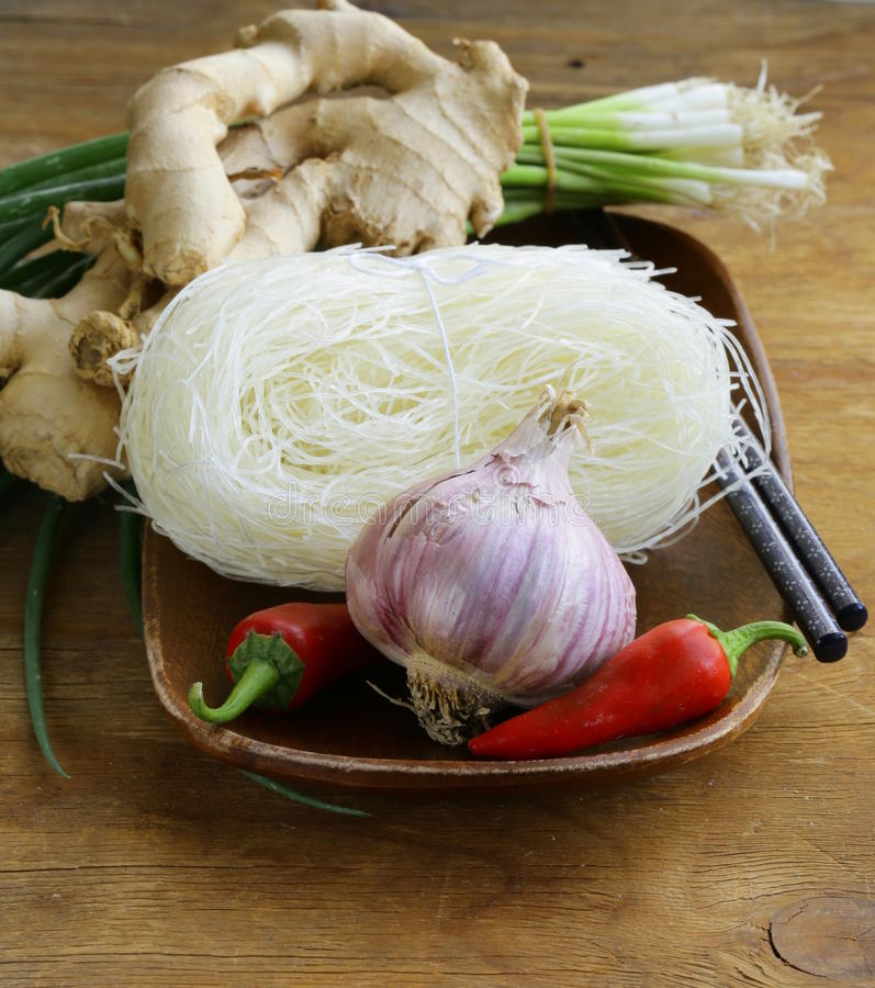 Ingredientes de alimento asiáticos - macarronetes de arroz, gengibre, pimenta de pimentão imagem de stock royalty free