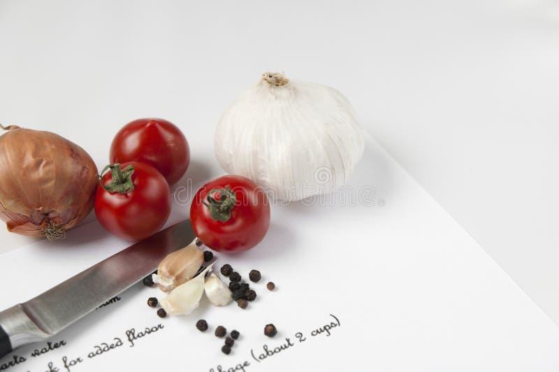 Ingredientes de alimento, faca e receita fotos de stock royalty free
