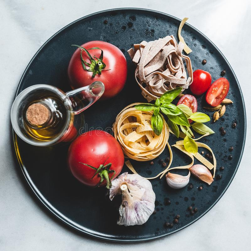 Ingredientes de alimento italianos em uma placa cerâmica foto de stock