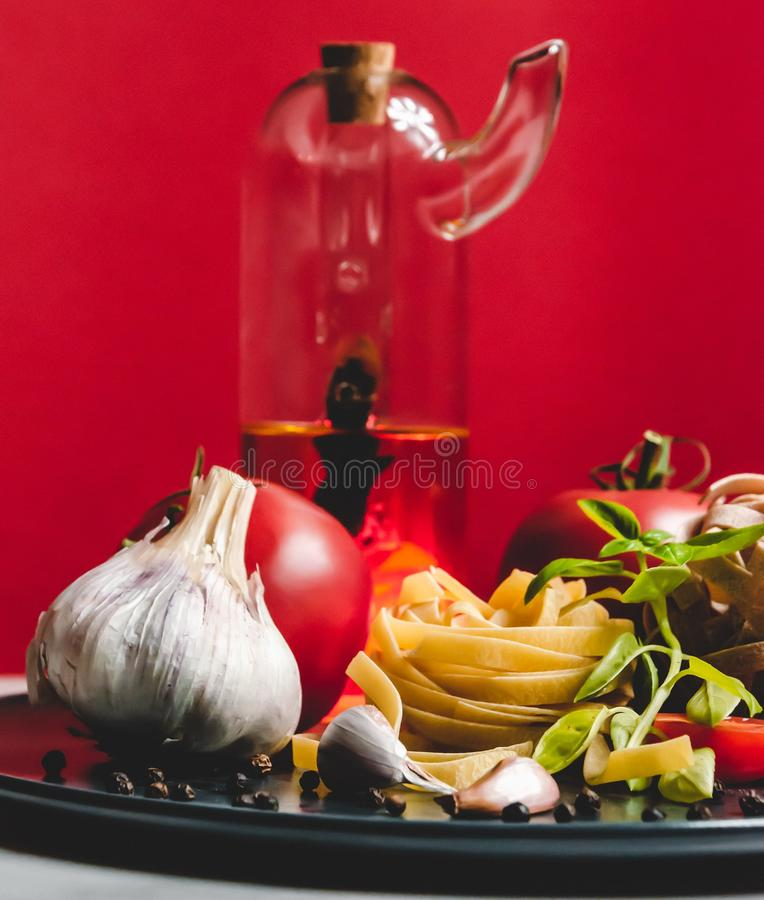 Ingredientes de alimento italianos em uma placa cerâmica fotografia de stock royalty free