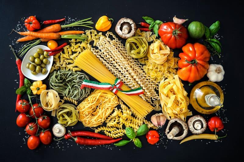 Ingredientes de alimento italianos no fundo da ardósia fotografia de stock royalty free