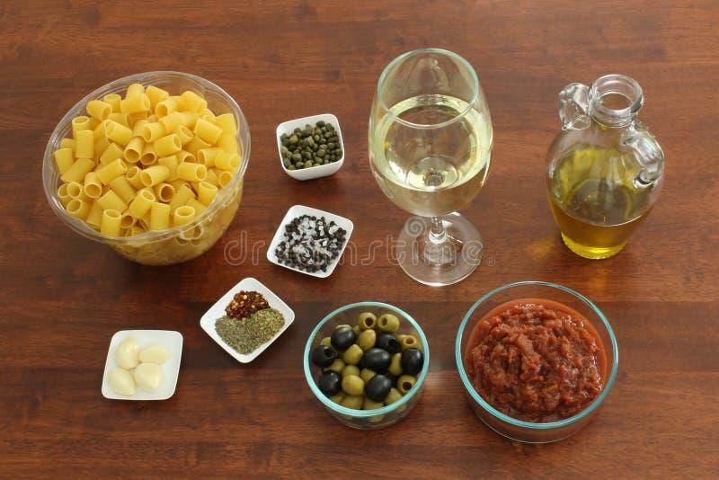 Ingredientes de alimento para a massa Puttanesca do Vegan imagem de stock